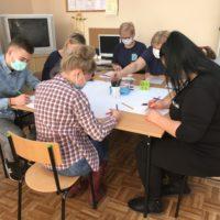 Zdjecie6.Uczestnicy warsztatow tworza prototyp gry